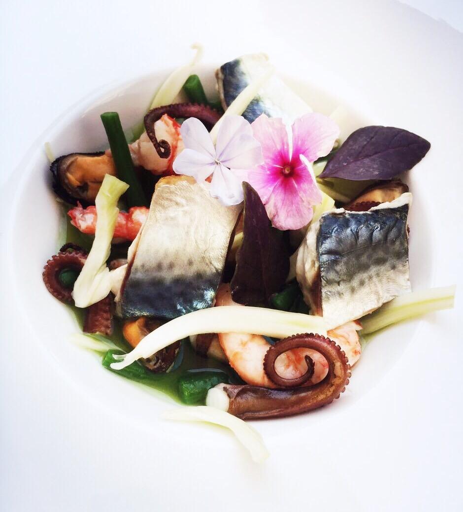 Sgombro, gamberi, polpo e cozze in insalata, con fagiolini croccanti, finocchio marinato al pompelmo su acqua di cetriolo - Ricetta di Marco Musso