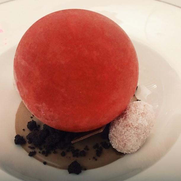Cremoso di cioccolato al tea, con sfera ai frutti rossi - ristorante St. George Taormina
