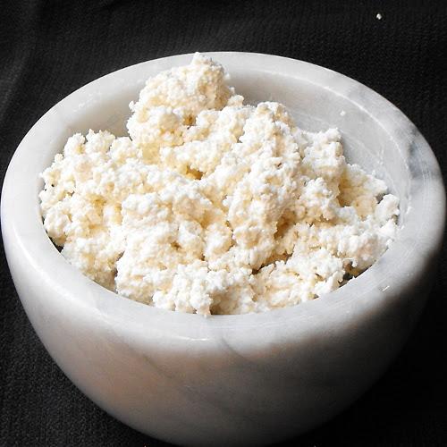Paccheri di Gragnano ripieni di ricotta di pecora all'arancia, semi di finocchio e petali di basilico croccante, su crema di scorfano e patate